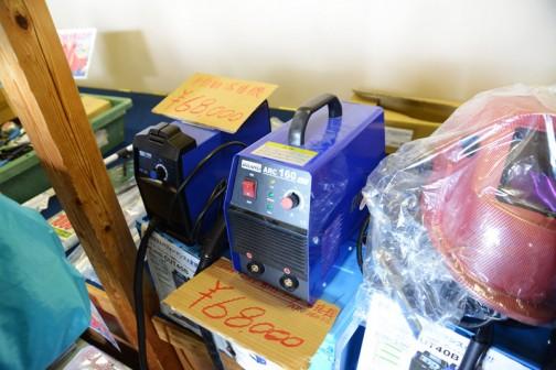 半自動の溶接機¥68000 小さいなあ・・・100Vの家庭用棒溶接機はすっごく溶接が難しかったけど、これはどうなんだろう。