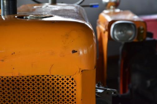 機種名:クボタトラクタ 形式・仕様:L15-15型 15馬力ディーゼルエンジン 製造社・国:㈱クボタ 日本 製造年度:1963(昭和38)年 使用経過:1964(昭和39)年、齋藤が購入し、使用保存していたもの。