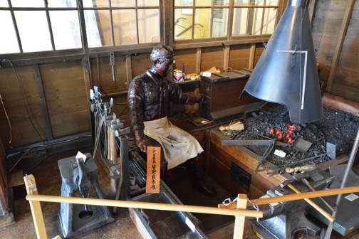 鍛冶屋さん時代のスガノ農機の再現なのでしょうか、実際はもっと煤けた感じなのだと思いますが、なかなかリアルにできています。生活感ある!