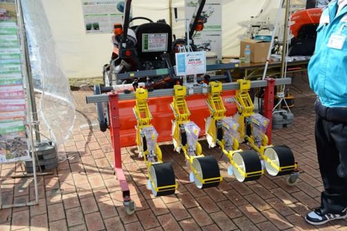こちらはトラクタに付ける播種機。アグリテクノ矢崎株式会社 トラクタ用播種機(クリーンシーダ) APH-40C