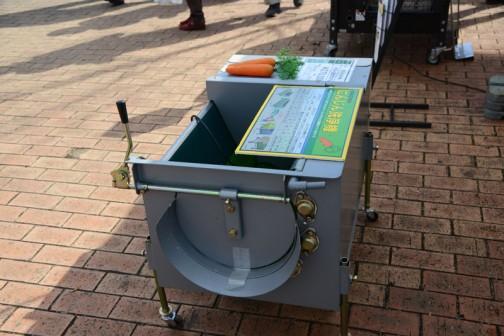 あれ〜? にんじんが置いてあるけど、商品タグには クボタ 落花生洗浄機 KB-U600YPM 価格¥270,000