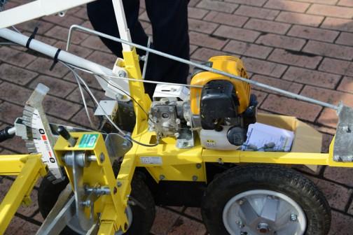 刈払機のエンジンに・・・一輪車のタイヤ!! 考えるなあ・・・アイディアだわ。