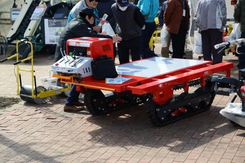 こちらも同じような感じ。フラットな荷台に動力の付いたもの。クローラタイプですね。