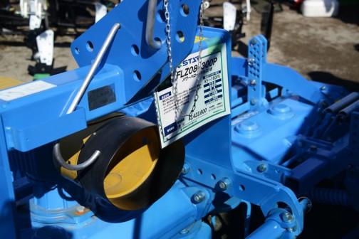 レムケン パワーハロー/ジルコン8 FLZ08-300P 価格:¥3,423,600 適応トラクター馬力:85〜160PS 作業幅:300cm 重量:1325kg ロータ個数:12 ローラ形状:ツースバッカローラー 製品特長 ●垂直方向に回転するナイフタインが砕土し、鎮圧ローラで整地 ●砕土、鎮圧効果の高いツースバッカローラ、コンビドリル(続き読めず) ●イレーサアタッチ(タイヤ跡消し)が標準装備 ●ギアケースは土が乗らない山形ハウジング ●レベリングバーは付属のレンチで簡単調整