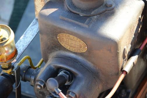 ここにも昔のステッカー。真鍮の銘板。