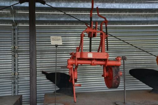 品名:ボトムプラウ 形式・仕様:15×1 製造社・国:インタナショナル社 米国 導入使用経過:1963(昭和38)年購入。農場で使用。小型トラクタの導入が普及し始めた頃のもの。