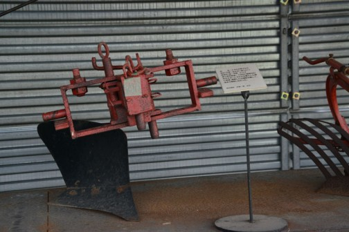 品名:トラクタ用プラウ 形式・仕様:ホルダー用12×1 製造社・国:不明 ドイツ 導入使用経過:1960(昭和35)年ホルダートラクタを購入した際に取得。畑耕しには運転が難しく、あまり使用しなかった。