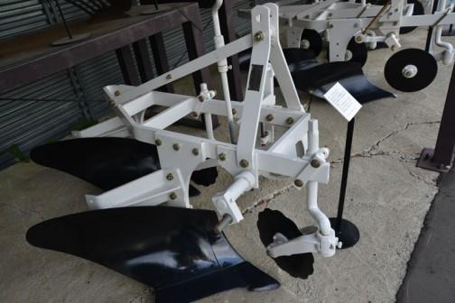 品名:ボトムプラウ 形式・仕様:TP-16×2 製造社・国:スガノ農機 日本 導入使用経過:1963(昭和38)年製造。ポイントに強度を持たせた交換式。大型トラクタ用では少ない時代、心土犂を取り付けて深耕していた。