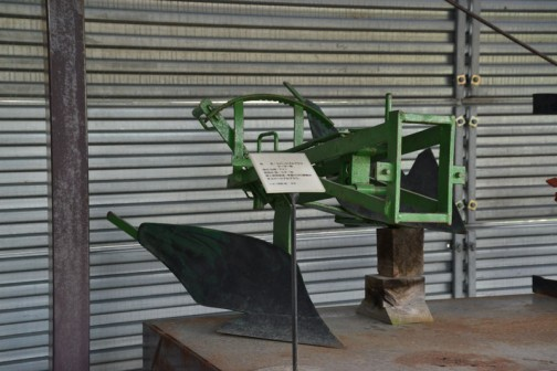 品名:リバーシブルプラウ テーラー用 形式・仕様:7×1 製造社・国:ユアー社 導入使用経過:手動で90度動かすリバーシブルプラウ。