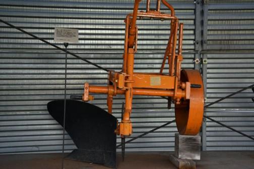 品名:ボトムプラウ 形式・仕様:P-14×1 製造社・国:スガノ農機 日本 導入使用経過:1962(昭和37)年 15〜20馬力の小型トラクタの普及が始まり、農家も機械化の時代を迎えた頃のもの。