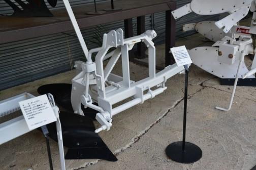 品名:オフセットプラウ 形式・仕様:OS12×2 製造社・国:スガノ農機 日本 導入使用経過:1969(昭和44)年製、ワンタッチの操作で畦畔際までの耕起を可能にした。現在も使用されている。