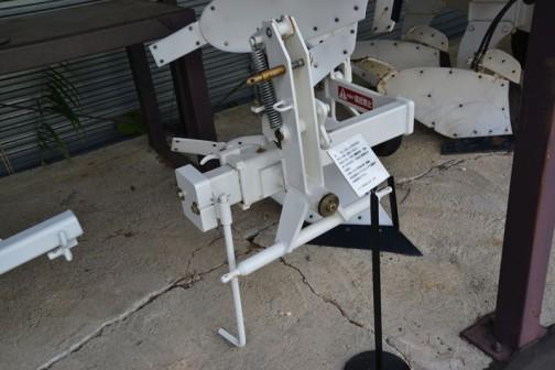 品名:リバーシブルプラウ 形式・仕様:ORY 15×1 製造社・国:スガノ農機 日本 導入使用経過:1985(昭和60)年製作。小型トラクタ用国産第一号機。反転機構がプラウの上下で連動する画期的なプラウ。