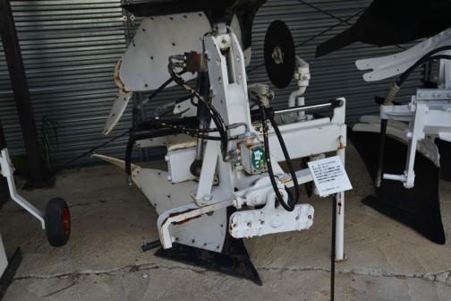 品名:リバーシブルプラウ 形式・仕様:20×2 製造社・国:スガノ農機 日本 導入使用経過:1984(昭和59)年製作。国産リバーシブルプラウの開発が始まり、大型2連リバーシブルプラウの第一号機。