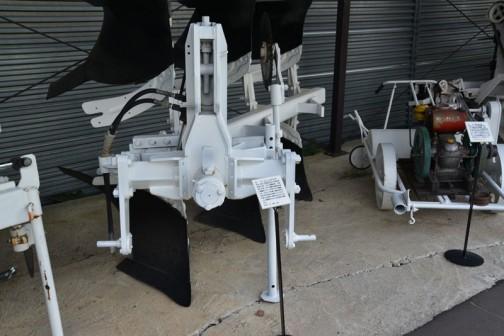 品名:リバーシブルプラウ 形式・仕様:GRS20×3 100馬力用 製造社・国:スガノ農機 日本 導入使用経過:スガノ農機が昭和58年に国産のリバーシブルプラウを開発。スチールタイプの第一号機。欧州では50年も前から普及していたが、日本でははじめて使われるようになった。能率的ですこぶる好評で普及した。