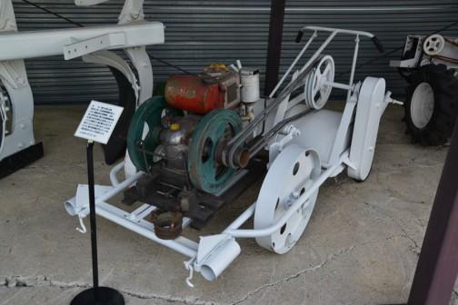 よく見ると回転するロータリーが付いているんですね!車輪も駆動すれば耕うん機です。