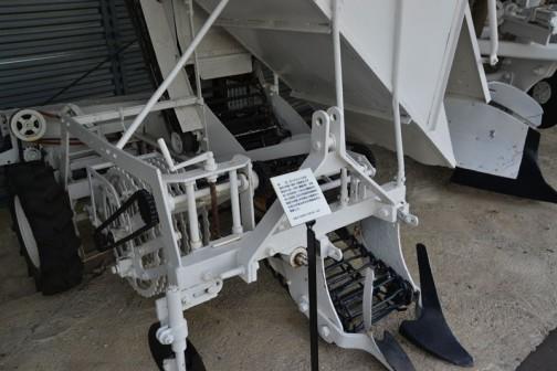 品名:ビートハーベスタ 形式・仕様:BH-1 直送タイプ 製造社・国:スガノ農機 日本 導入使用経過:1964(昭和39)年に695,000円甜菜収穫機の国産第一号機。手作業から機械化への省力が進み作付け増産時代に貢献した。