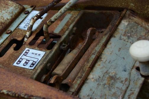 Sさんのところで見た、鈴江農機製作所CN型耕耘機「撮りトラ」です。(耕うん機だからトラクターといえないかもしれませんが)年式はよくわからないんです。でも、昔のステッカー「金属銘板」の書体や各部の作りを見ると相当昔のものなのでしょう。しかも高級車!
