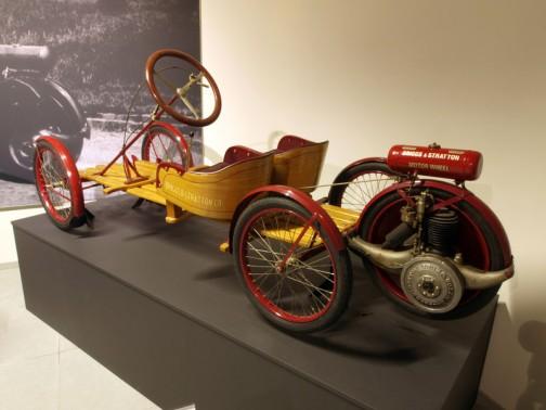 1920年のフライヤーという自動車?です。すっごくシンプル! フライヤーというとラジオフライヤーを思い出しますけど、それと同じような形。