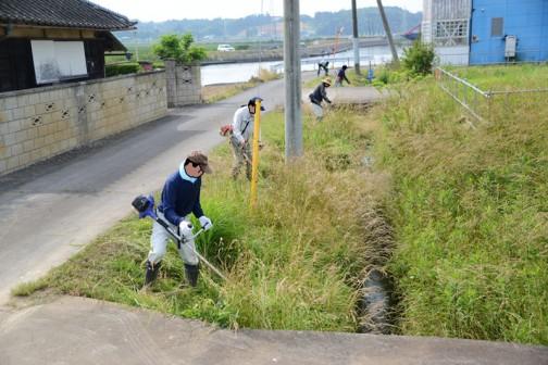 チームは2手にわかれて①を出発します。こちらは②。水路の法面を刈っています。ここは水路をはさんで隣の地域と隣接している感じで、どこが草刈りするのかよくわからない地点。