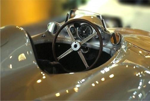 こちらはベンツW196というクルマだそう。Veglia Borletti は1930年の頃からタコメーターやスピードメーターを作っていたみたい。このベンツには回転計が付いているそうです。JEAGERもそうですけど、Veglia Borlettiを検索すると同じ会社かどうかは定かではありませんが腕時計が出てきます。計器と腕時計。何か関係しているのでしょうか・・・似たような雰囲気がありますけど。