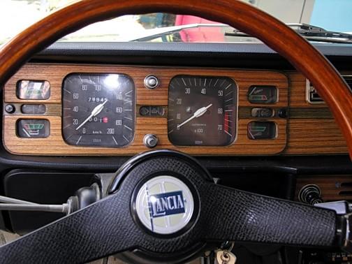 ウィキペディアで調べてみると、こんなのが出てきました。ランチア2000の計器パネルだそうです。Veglia Borlettiの名前が見えます。