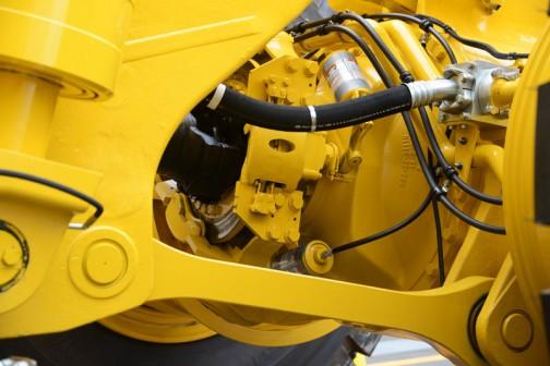 コマツ茨城工場で行われたコマツ茨城工場フェアで見た、コマツダンプトラックHD1500-7。これは荷台がないのだけれど、144.1トン積みで、12気筒ターボディーゼル45リッター!馬力はいいかげんにしろよの1406馬力!