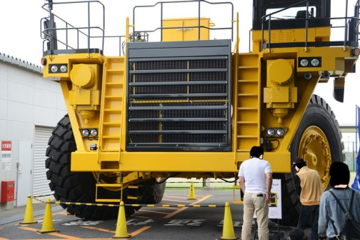 コマツ茨城工場で行われたコマツ茨城工場フェアで見た、コマツダンプトラックHD1500-7。これは荷台がないのだけれど、144.1トン積みで、12気筒ターボディーゼル45リッター!の馬力はいいかげんにしろよの1406馬力!