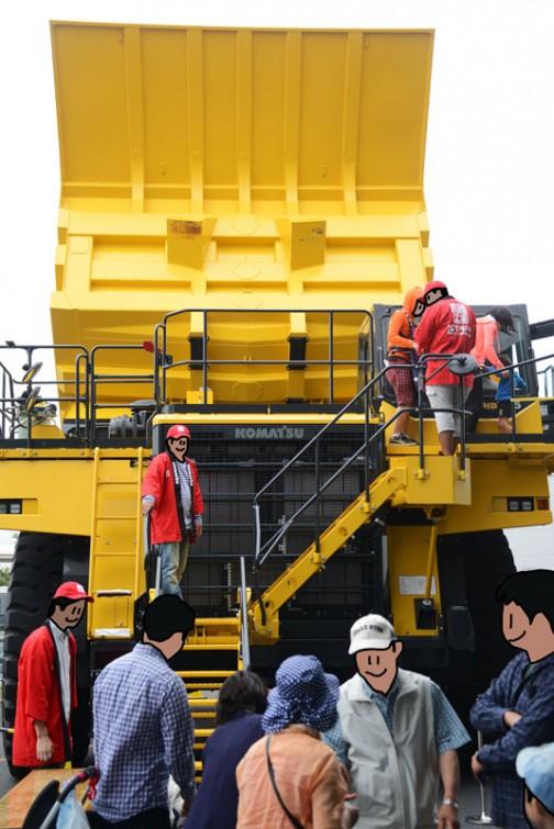 コマツダンプトラック HD785-7 水冷4サイクル12気筒30.48L1178馬力、搭載量91トン。フロントリア油冷多板ディスクタイプブレーキ、リア油冷多板ディスクタイプブレーキ。