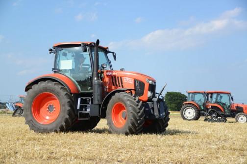 クボタトラクターM7001シリーズM7151です。広い麦の刈り跡にたくさんのクボタ製品が展示されています。試乗もできるようになっています。