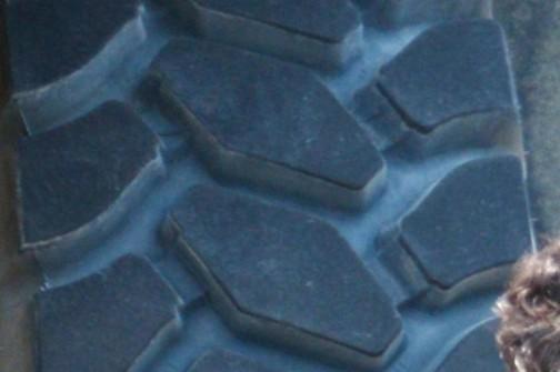 荷台付のほうのHD1500-7に付いていたミシュランタイヤのパターンを拡大してみました。
