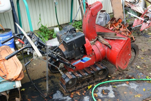 庭の片隅で見かけた不思議な機械・・・よく見たら除雪機でした。雪が積もらない水戸では馴染みのない機械です。さらにYANASEというロゴが目に入って、ビックリ。きっと理由があるのでしょうが、ベンツと除雪機はつながらなかったです。