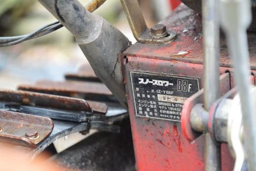 履帯はゴムのベルトを鉄板で豪快に繋いだもの。つなぎ目は重ねちゃってます。これなら作るのが楽だなあ・・・