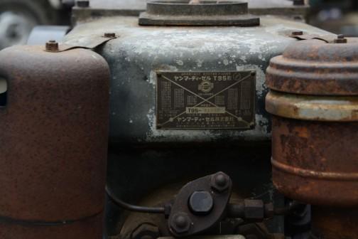 ヤンマーディーゼルエンジンT95形。正直言って発動機はまだ見慣れていないせいもあって、どれも同じように見えてしまいます(トラクターはかなり見分けられるようになりましたが)。ですからこういった金属ステッカーは僕にとっては大事。そもそもカッコイイし・・・
