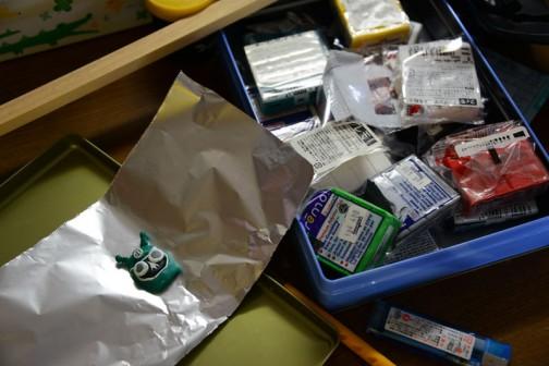 お菓子のフタの上に貼付けて作り、アルミ箔の上にカッターを使って移設します。
