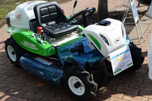 OREC 乗用草刈機 オーレックラビットモア RM981K 価格¥840,240 刈幅975mm エンジン22PS 前進、後退HST無段変速 乗用草刈機 22PSのハイパワーエンジン搭載、高能率と体の軽減をお約束、前進最大車速14km、最小回転半径1.95m!!、ステップ開閉機能でデッキ上の掃除もラクラク