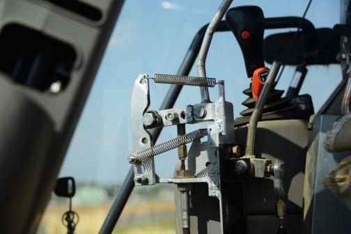 運転席の中には最大の工夫が!グレイタスローダーのコントローラーって言ってたと思いました。どうも通常だと右手で操作できないみたいなんです。