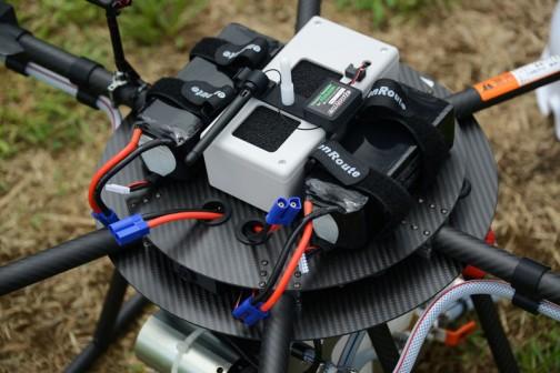 アイボリー色のケースがフライトコントローラー。コントロールはもしかしてソフトウェア的にやってるんでしょうか? そしてその上にちょこんと乗ってるのはテレメトリーのトランスミッター。
