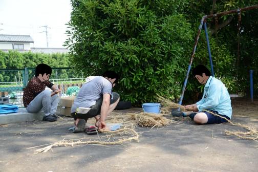 早めに来た人たちは稲ワラをよじって縄を作ります。