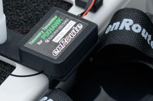 拡大してみます。PIXHAWKというのはどうもコントローラーのことらしい。3Dプリンターで作った部品だなあ。