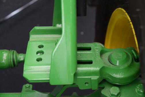 ジョンディア JD6130R,EA9 価格¥19,224,000 オートパワー無段階変速オートマ感覚、トリプルリンクサスペンション、10インチモニター、電子制御油圧キャブサスペンション。ウチワが乗っちゃって、ちょっとあれですけど、大きな緑のおもりが印象的。