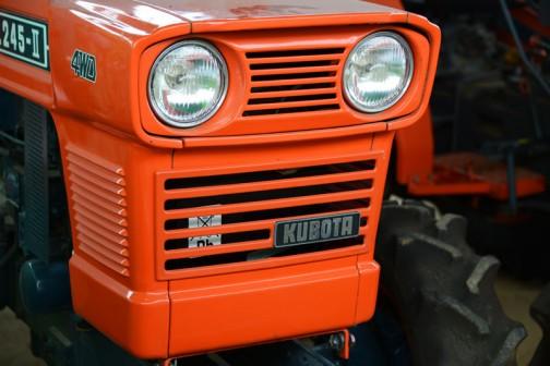 tractordata.comによればKubota L245は1976年 - 1985年、1.1L3気筒25馬力/2800rpmのエンジン。30年以上前の機体です。でも新車のような輝き!