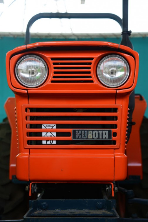 クボタ教の教祖Nさんに連れて行ってもらった、クボタ筑波工場で行われた、関東甲信越クボタグループの「元氣農業応援フェア」2016。その中で会場の隅に置いてあった30年以上前のクボタL245-Ⅱ DT、「撮りトラ」です。 tractordata.comによればKubota L245は1976年 - 1985年、1.1L3気筒25馬力/2800rpmのエンジン。30年以上前の機体です。でも新車のような輝き!