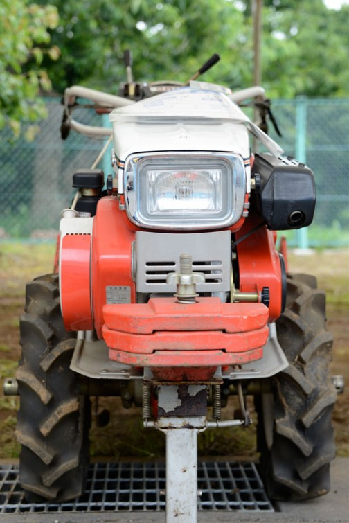 マメトラ 耕耘機 HMD-V 正面から見ると、なかなかの面構え。小さいけれどもトラクターと同じ仕事をこなすだけはあります。ヘッドランプはスタンレー。