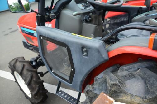 ヤンマーAF226 軽快な雰囲気の車両に軽快なキャビン。展示の中古車の中ではピカイチのカッコよさです。