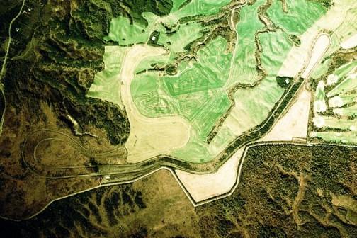 1975年の航空写真で見るとはっきりその形がわかりますね・・・写真はウィキペディアより。もちろんグーグルマップでも確認できます。