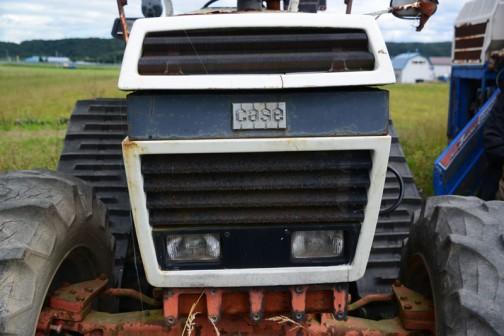 tractordata.comによればDB1490は1980年〜1983年。英国メルサムミルズで作られたこの機体はJ.I. Case 3.6L4気筒ターボディーゼルを持ち、83馬力だそうなのですが、ノンターボのエンジンに載せ換えてあるそうです。四角いドーモ君の印象が強いデビッドブラウンですからこの顔はちょっとなじみがありません。もちろん今までこの顔の実車は見たことがありませんでした。