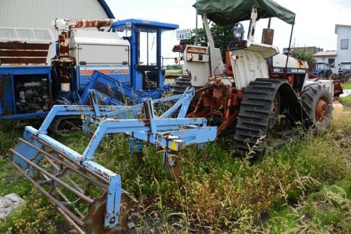tractordata.comによればDB1490は1980年〜1983年。英国メルサムミルズで作られたこの機体はJ.I. Case 3.6L4気筒ターボディーゼルを持ち、83馬力だそうなのですが、ノンターボのエンジンに載せ変えてあるそうです。