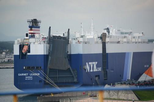 大洗を出航したフェリーが苫小牧港に入ります。苫小牧港は大きな港。たくさんの船が停泊しています。そこから降ろされて全道へ流れる農機を見るのも楽しみの一つ。これは何を積んできたんだろう・・・ちらっと赤いトラクターが見えます。マッセイファーガソンでしょうね。船名はGARNET LEADER(ガーネット・リーダー)日本郵船の船です。