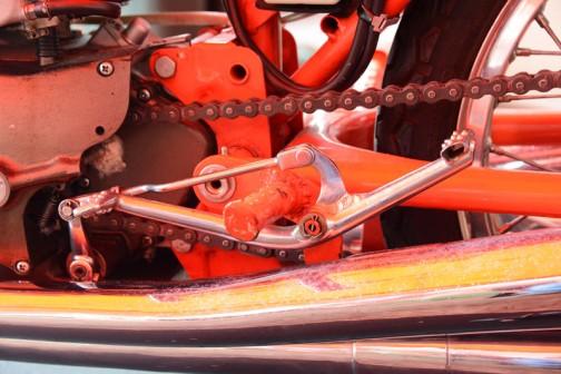 反対側、シフトペダルもこん棒を取り巻いてレイアウトされています。踵も使ってシフトするんですね。