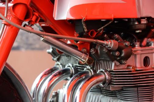 小さなステアリングダンパーと回転計の取り出しでしょうか?カムカバーからワイヤーがでています。あれ? タンクは自転車の荷ゴム(ヤマカガシのような模様のゴムの荷ヒモ)で留めるようになってる!